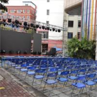 LED全彩显示屏背景搭建,折叠椅布置